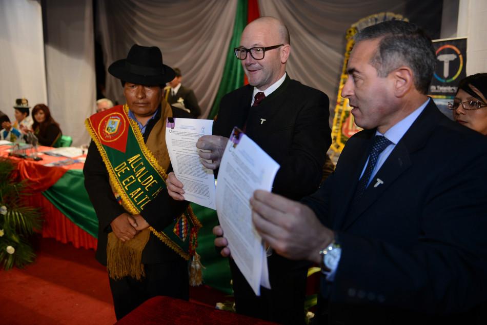 """Da sinistra: Zacarías Maquera (Sindaco di El Alto), Hanno Ulmer (Doppelmayr) e César Dockweiler (Direttore azienda statale """"Mi Teleférico"""")"""