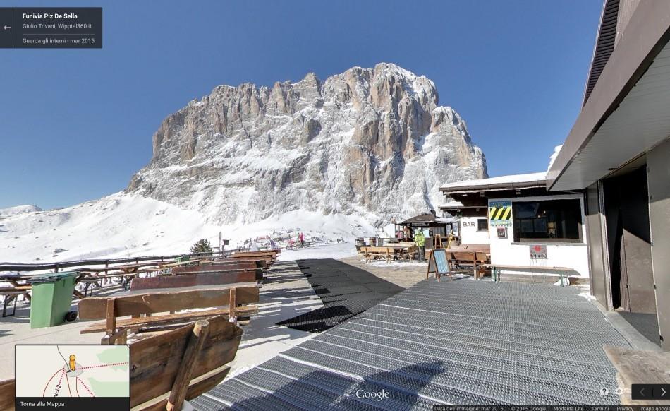 Lo straordinario panorama all'uscita dalla stazione a monte, con il massiccio del Sassolungo