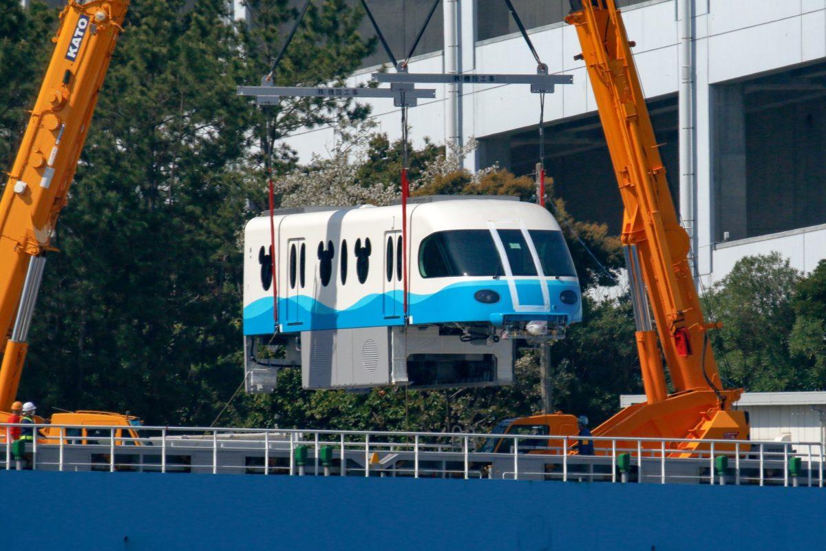 Consegnate le nuove carrozze per la monorotaia Disney di Tokyo
